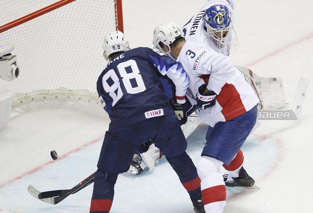 Americký hokejista Patrick Kane střílí gól do sítě Francie na mistrovství světa.