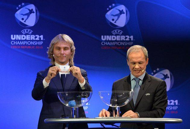 Držitel Zlatého míče Pavel Nedvěd (vlevo) během losování fotbalového ME hráčů do 21 let. Vpravo je Giorgio Marchetti z UEFA.
