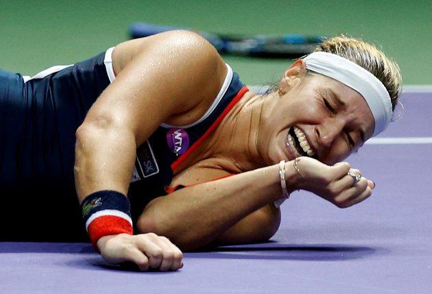 Dojatá Slovenka lehla po rozhodujícím míčku na hrací plochu.