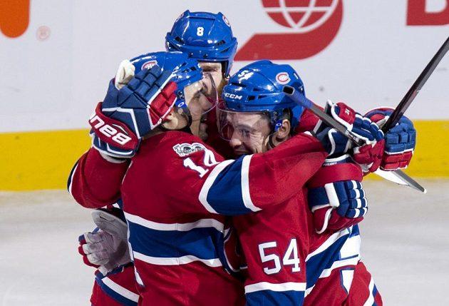 Český útočník Tomáš Plekanec z Montrealu Canadiens slaví se spoluhráči vítěznou trefu v prodloužení utkání s New Jersey Devils.