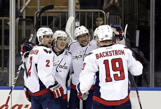Alexandr Ovečkin (uprostřed) slaví se spoluhráči z Washingtonu trefu v utkání proti New York Rangers.