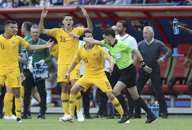 Australští fotbalisté protestují proti rozhodnutí uruguayského Andrése Cunhy, který po zhlédnutí videa zpětně nařídil ve prospěch Francie pokutový kop.