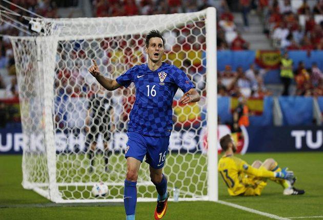 Chorvat Nikola Kalinič se raduje z gólu proti Španělům na ME 2016.