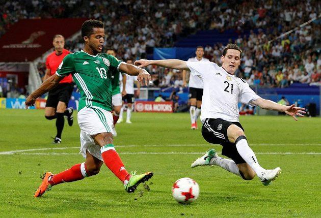 Pálí Mexičan Giovani Dos Santos, brání Sebastian Rudy z Německa.