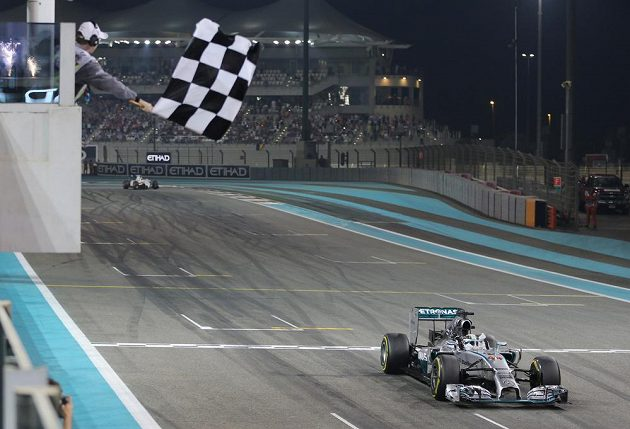 Lewis Hamilton z Británie je v cíli Velké ceny Abú Zabí. Titul mistra světa už mu nikdo nevezme.
