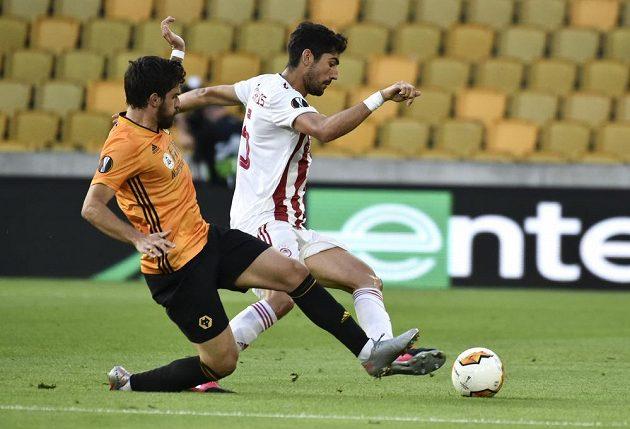 Andreas Bouchalakis z Olympiakosu (vpravo) bojuje o míč s Rubenen Nevesem