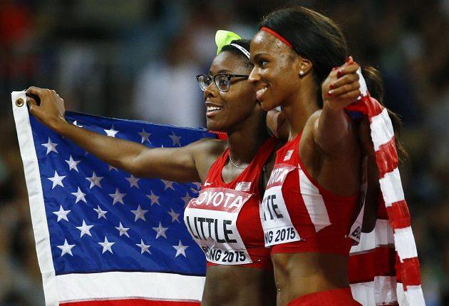 Ve finále na 400 m překážek při MS v Pekingu zůstaly Američanky za Zuzanou Hejnovou: druhá Shamier Littleová (vlevo) a třetí Cassandra Tateová.