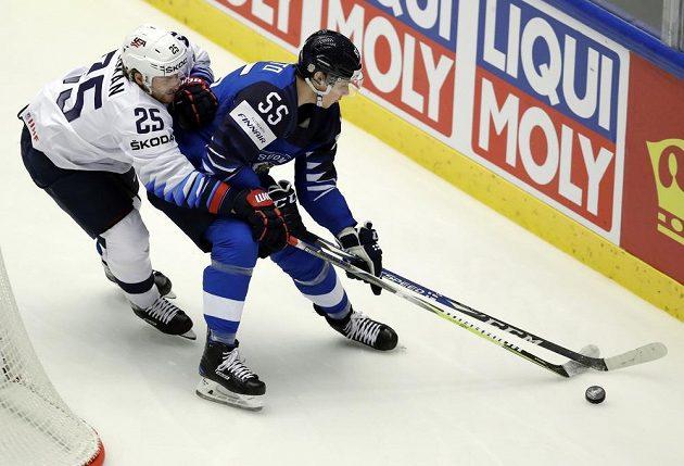 Finský hokejista Mika Koivisto v akci během utkání mistrovství světa s USA, v souboji je s Blakem Colemanem.