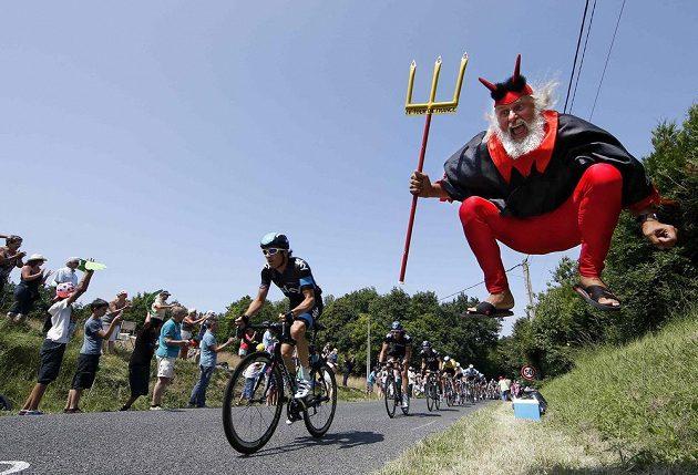 Německý fanoušek oblečený do kostýmu ďábla u trati Tour de France.
