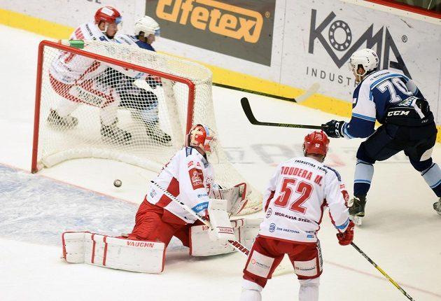 Třinecký brankář Šimon Hrubec dostává gól od plzeňského útočníka Tomáše Hrnky (vpravo).