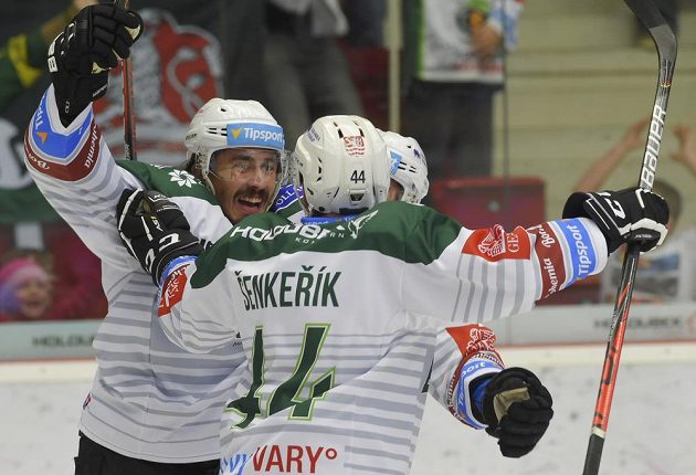 Hokejisté Karlových Varů se v duelu s Kladnem radují z úvodního gólu.
