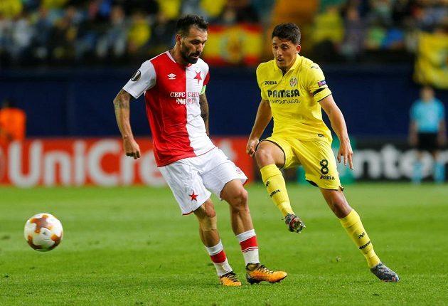 Pablo Fornals (vpravo) z Villarrealu v akci, brání ho slávista Danny.