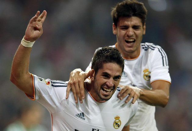 Francisco Alarcón Isco z Realu Madrid (vlevo) se raduje se spoluhráčem Álvarem Moratou z gólu do sítě Betisu Sevilla.
