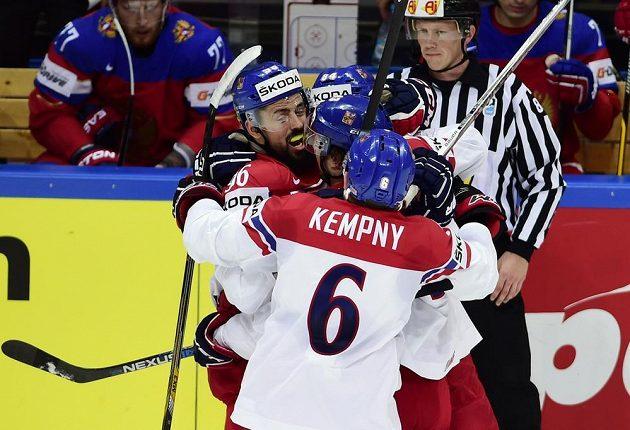 Hráči české reprezentace se radují z prvního gólu proti Rusku, vlevo je Richard Jarůšek.
