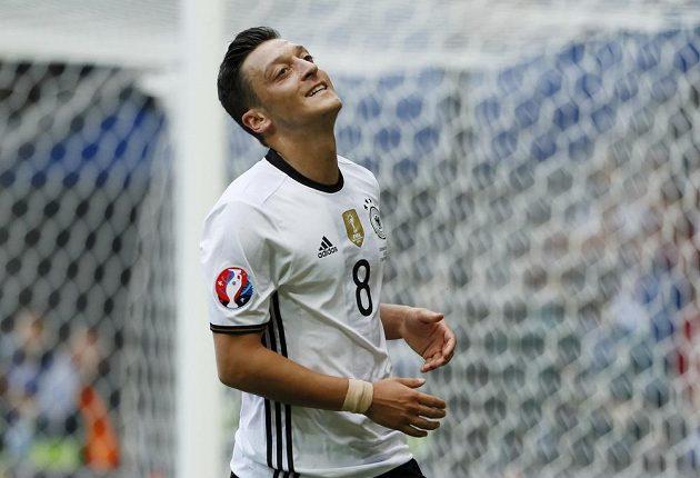 Německý fotbalista Mesut Özil po neproměněné penaltě proti Slovensku.