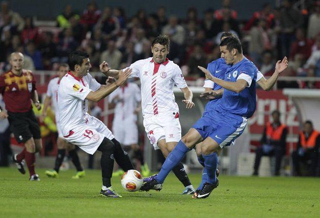 Jose Antonio Reyes (vlevo) s Raúlem Ruseskem (uprostřed) bojují o míč s libereckým stoperem Keličem.