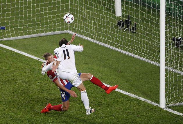 Gareth Bale (11) otáčí skóre finále LM ve prospěch Realu. Alderweireld se snažil bránit marně.