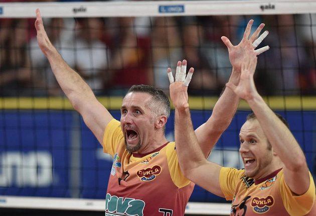 Liberecký volejbalista Lubomír Staněk (vlevo) se raduje ze zisku mistrovského titulu.