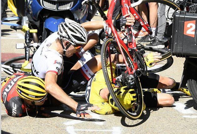 Chris Froome (ve žlutém), Bauke Mollema (uprostřed) a Richie Porte krátce po srážce s motocyklem.