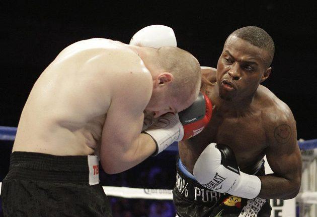 Momentka z boxerského duelu o titul mistra světa organizace WBO Quillin - Konečný.