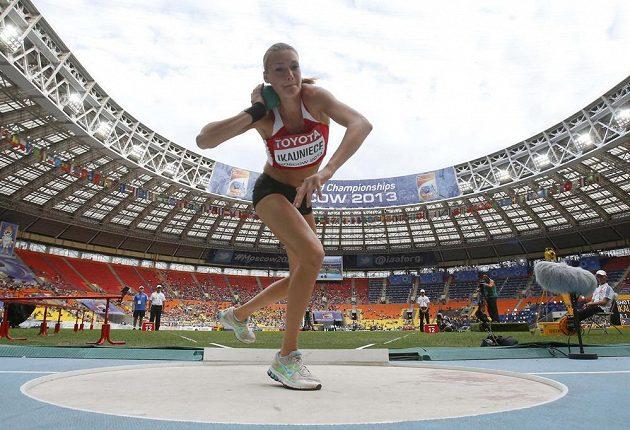Lotyšská sedmibojařka Laura Ikaunieceová se chystá na svůj pokus ve vrhu koulí.
