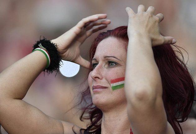 Maďarská fanynka sleduje osmifinále ME.