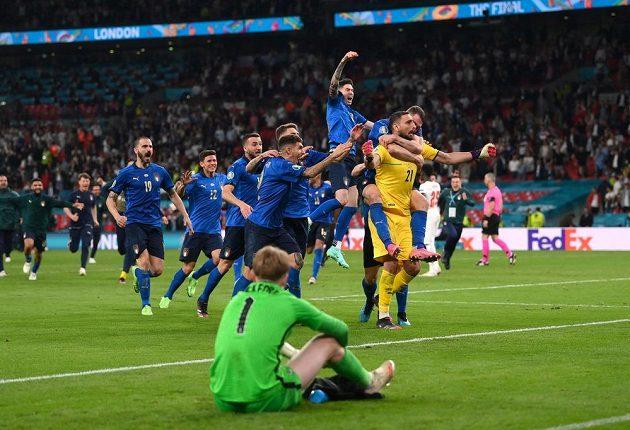 Italové se radují, v popředí zklamaný brankář Anglie Jordan Pickford.