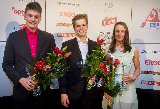 Vodní slalomářka Martina Satková (vpravo) převzala ocenění pro nejlepšího sportovce Českého svazu kanoistiky za uplynulý rok v kategorii juniorů. Na snímku uprostřed je druhý Václav Chaloupka, vlevo třetí Adam Neubert.