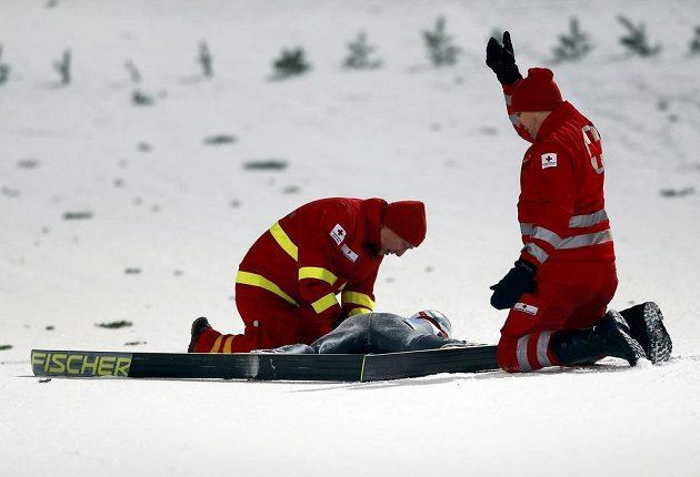 Bezvládně ležící Švýcar Simon Ammann se ocitl v péči lékařů.