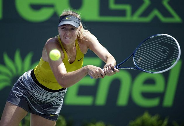 Maria Šarapovová returnuje v utkání s Petrou Kvitovou.