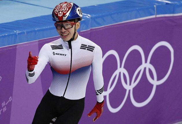 Korejec Lim Hjo-čun se raduje z triumfu v úvodním závodu v shorttracku na 1500 metrů.
