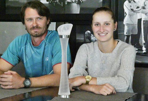 Tenistka Markéta Vondroušová, vítězka turnaje WTA v Bielu a fedcupová reprezentantka, na snímku pózuje s trofejí z turnaje WTA. Vlevo je trenér Zdeněk Kubík.