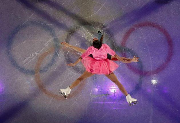 Krasobruslařští Barbie a Ken. Valentina Marcheiová nad hlavou svého partnera z italské sportovní dvojice Ondřeje Hotárka při exhibici.