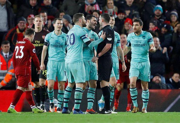 Fotbalisté Arsenalu se zlobí na rozhodčího poté, co odpískal penaltu ve prospěch Liverpoolu v utkání Premier League.