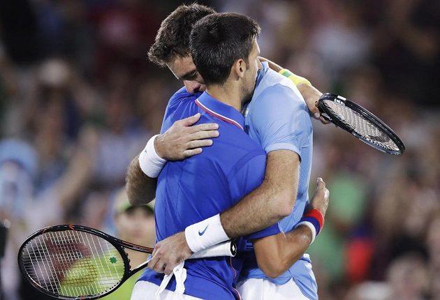 Po zápase se ani Juan Martín del Potro (vpravo), ani Novak Djokovič neubránili slzám.