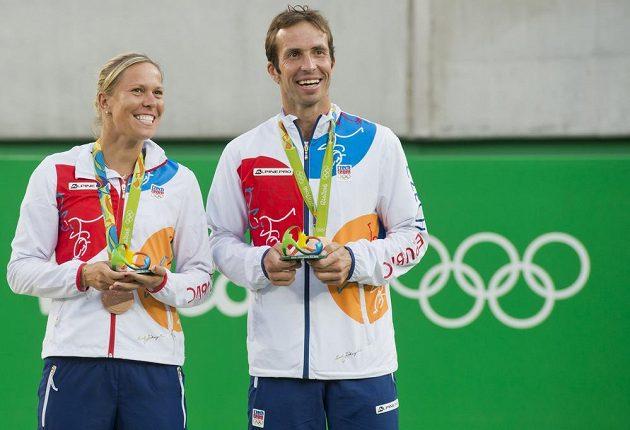 Radek Štěpánek a Lucie Hradecká s bronzovou medailí.