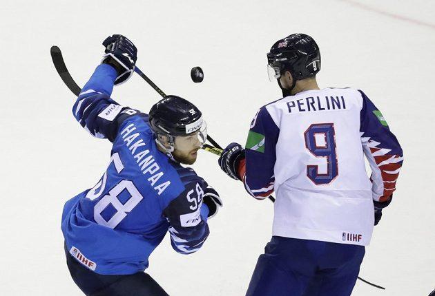 Finský hokejista Jani Hakanpaa a Brit Brett Perlini v akci během utkání mistrovství světa.