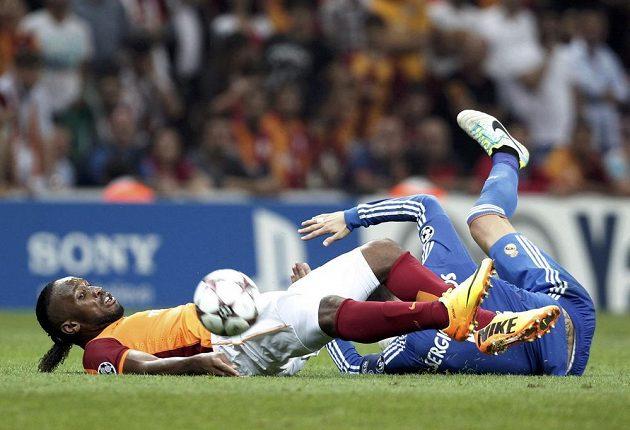 Didier Drogba (vlevo) z Galatasaraye Istanbul bojuje v utkání Ligy mistrů se Sergiem Ramosem z Realu.