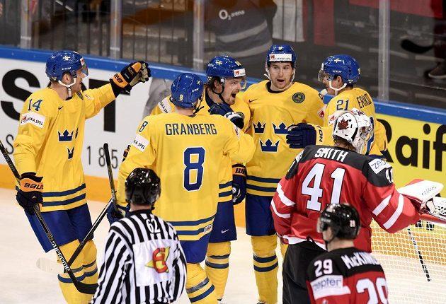Hokejisté Švédska oslavují první gól v utkání s Kanadou.