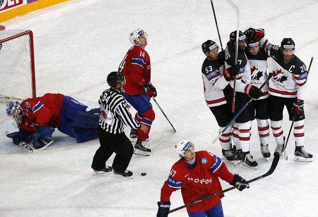 Kanaďané se radují po gólu proti Norsku.