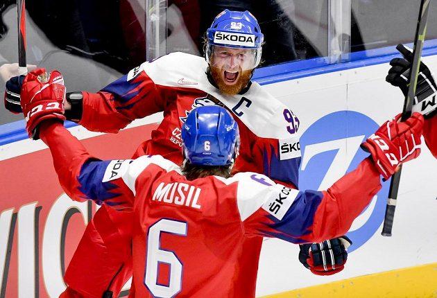 Kapitán českého týmu Jakub Voráček se raduje z gólu s Davidem Musilem.