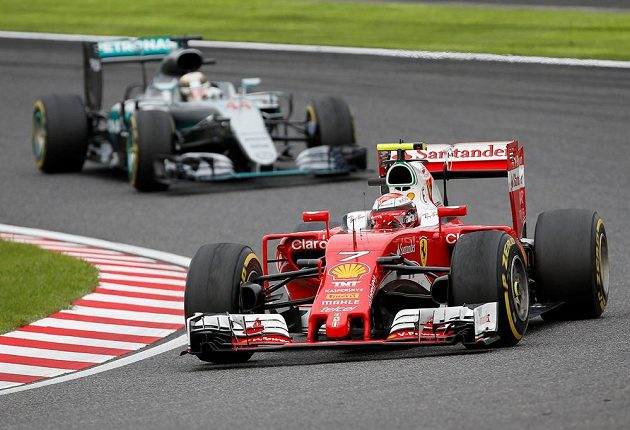 Kimi Räikkönen stíhán Lewisem Hamiltonem.