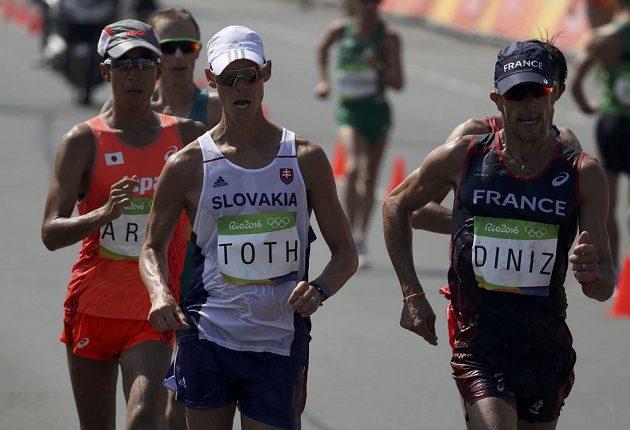 Slovenský chodec Matej Tóth a Francouz Yohann Diniz. Vzadu pak Japonec Arai.