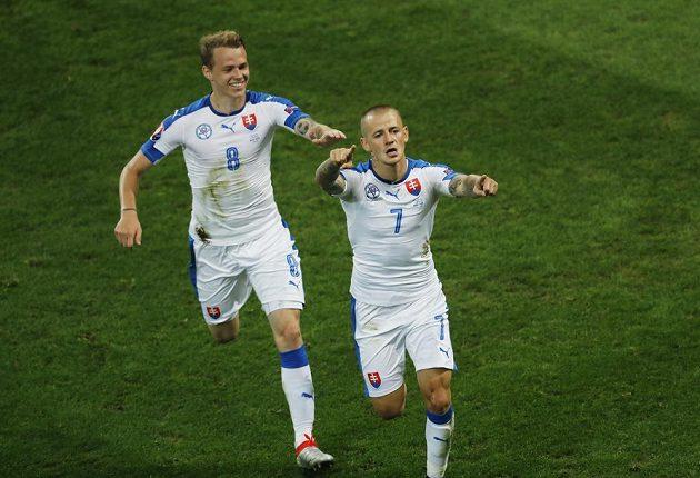 Slováci se radují z vedoucího gólu proti Rusku. Vlevo je útočník Ondrej Duda, vpravo autor gólu Vladimír Weiss.
