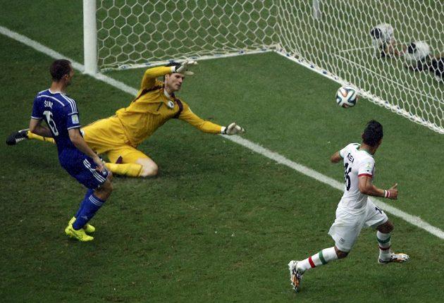 Íránský útočník Rezá Ghúčanedžhád (vpravo) střílí gól do sítě Bosny a Hercegoviny.