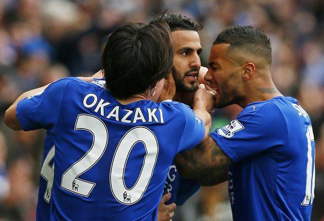 Rijád Mahríz oslavuje branku do sítě Swansea s Shinji Okazakim a Danny Simpsonem
