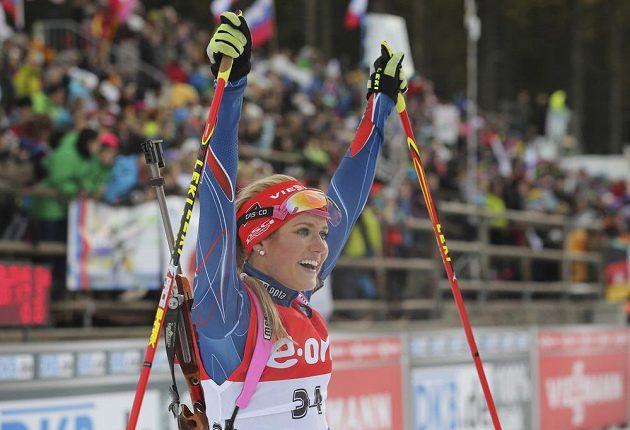 Gabriela Soukalová se raduje z vítězství ve sprintu v Pokljuce.