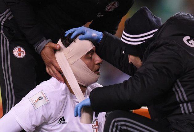 Gruzínský brankář Saba Kvirkvelia potřeboval během zápasu s Irskem ošetřit hlavu.