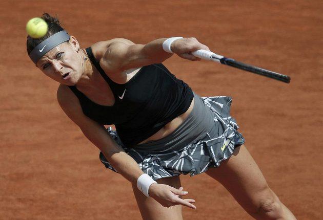 Lucie Šafářová podává d utkání proti Aně Ivanovičové ze Srbska.