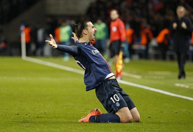Útočník Paris St. Germain Zlatan Ibrahimovic slaví gól proti Chelsea v úvodním osmifinálovém duelu Ligy mistrů.